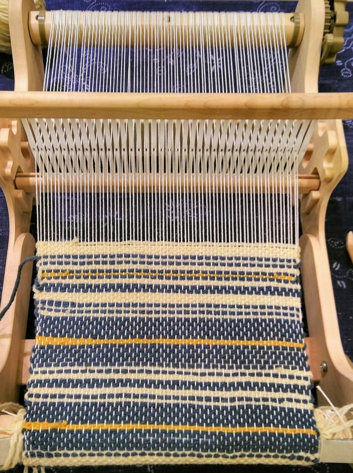 métier à tisser de table avec tissage bleu