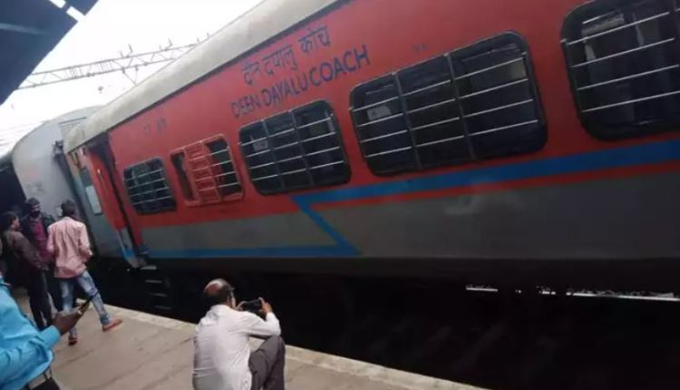 pune-two-coaches-of-indore-daund-express-derail-traffic-disrupted-from-mumbai-to-pune