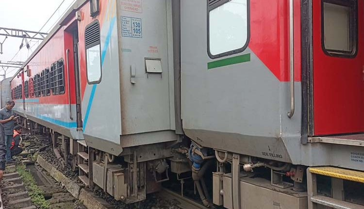 Pune   two-coaches-of-indore-daund-express-derailed-on-lonavala-railway-station News in hindi