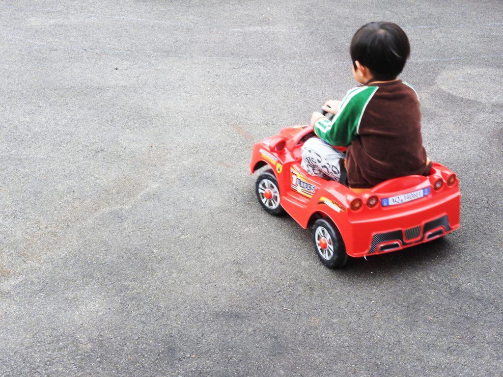 コンビカーで遊ぶ子供