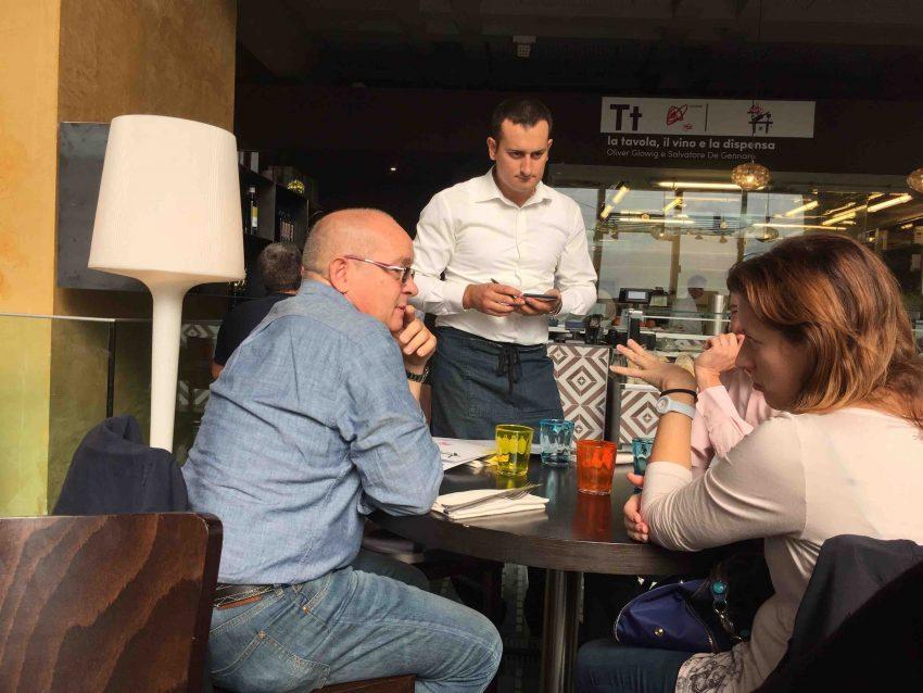 oliver-glowig-mercato-centrale-cameriere