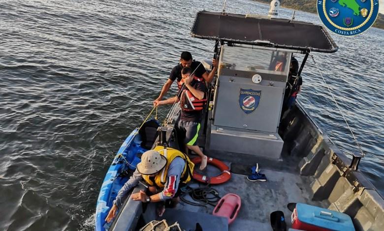 Photo of Guardacostas rescatan pareja que iba en Kayak en Caldera