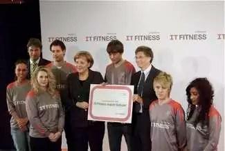 Bill Gates e il cancelliere tedesco Angela Merkel premiano un gruppo di studenti
