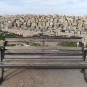 giordania in solitaria e fai da te con panchina vista sulla città