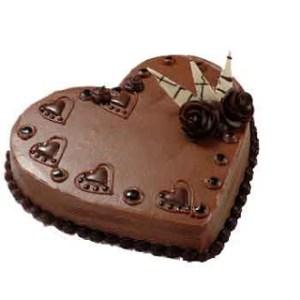torta a forma di cuore al cioccolato