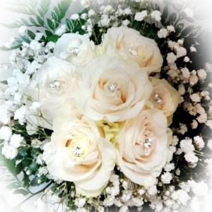 bouquet con rose bianche e punto luce su ogni bocciolo