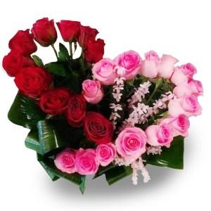 composizione a forma di cuore con rose rosse e rosa