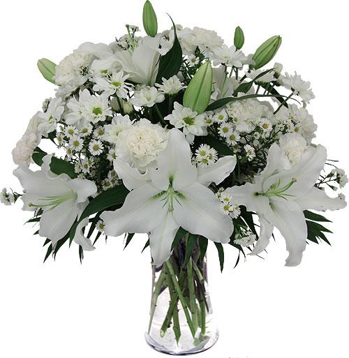 composizione con gigli bianchi e fiorellini bianchi