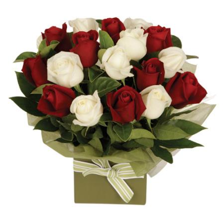 composizione di rose rosse e bianche