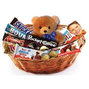 consegna a domicilio cesto regalo con orsacchiotto e cioccolata mista kinder bueno ferrero rocher twix mars online