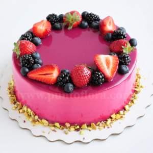 Torta sfiziosa con glassa fuchsia fragole more e mirtilli