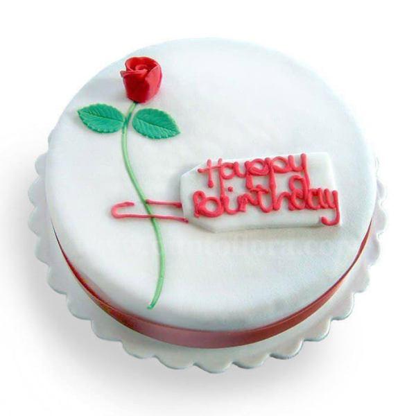 Torta glassata in bianco Buon Compleanno con una rosa decorata in marzapane