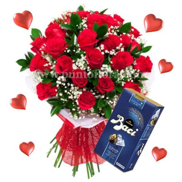 Fascio con rose rosse e nebbiolina con cioccolatini baci perugina