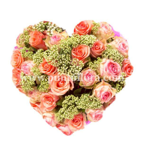 composizione a forma di cuore con rose rosa e nebbiolina
