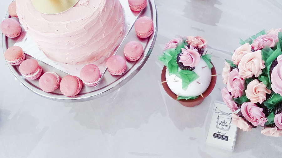 Rose macarons and cupcakes by the Cake Anthem at Azi & Darwis' wedding.