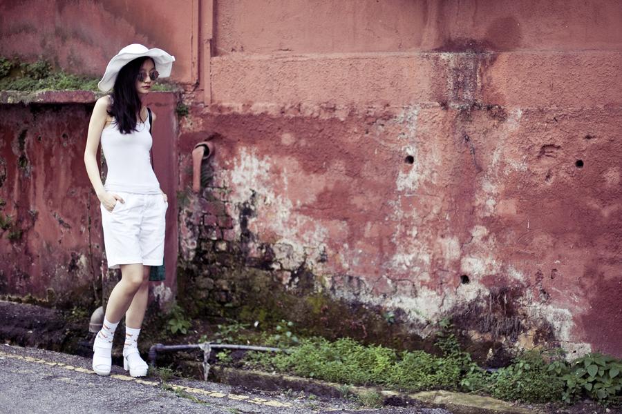 White outfit details: Uniqlo white airism bratop, Uniqlo white shorts, Taobao white hotdog socks, Taobao white platform sandals, Taobao silver mirror sunglasses, Taobao white beach hat, Argentina handmade leather green satchel.