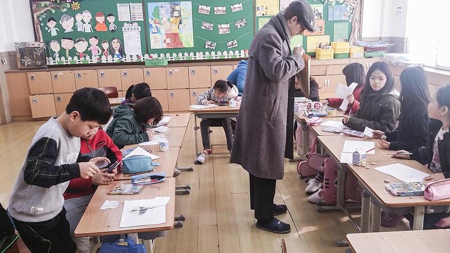 Ottie at a classroom in an elementary school in Sangju, South Korea.