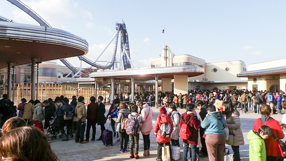 Queues in the morning before the gates open at Universal Studios Japan, Osaka. Photo by Shasha.