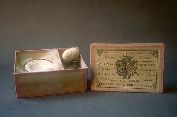 Boîte de fard rouge de chez Martin - © Musée International de la Parfumerie, Grasse