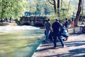 CANON Come-and-See City Surfer - Munich Eisbach - Tao, Karina, Alex - Samo Vidic - Kampagne Herbst 2016 - Autumn/Winter 16/17 - Surfen auf dem Eisbach, München, Prinzregentenstraße