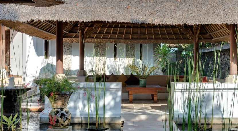 15.-Villa-Batujimbar---Water-garden-bale-in-front-of-the-Longhouse-pavilion