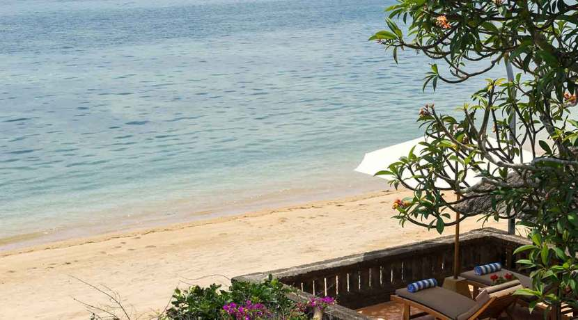 2.-Villa-Batujimbar---Private-raised-beachside-sun-loungers