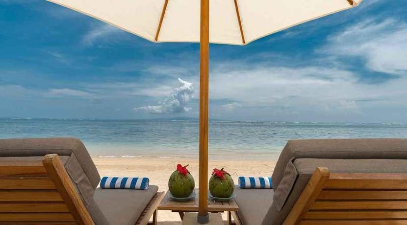 7.-Villa-Batujimbar---Sun-loungers-on-the-beach