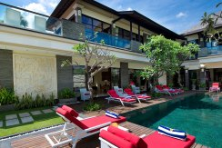 10-Villa-Lega---Sunloungers-and-swimming-pool