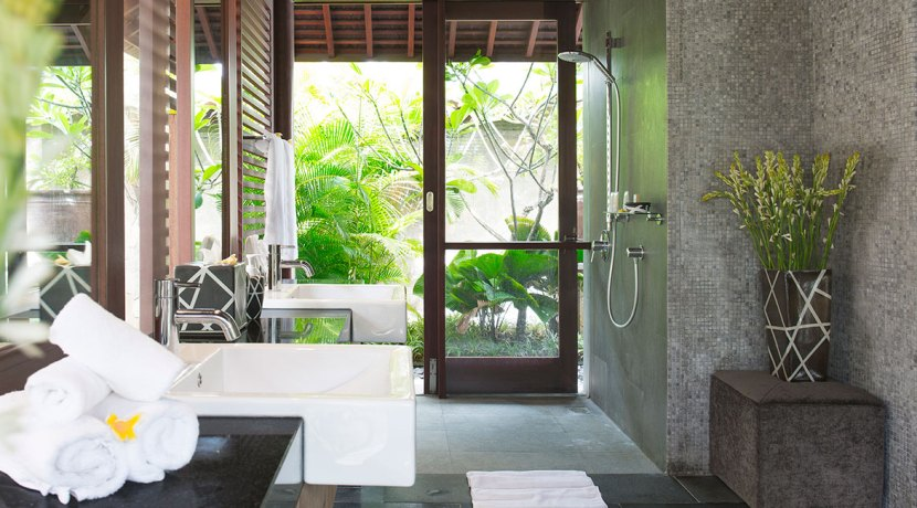 33.-Villa-Bayu-Gita-Beachfront---Master-suite-two-ensuite
