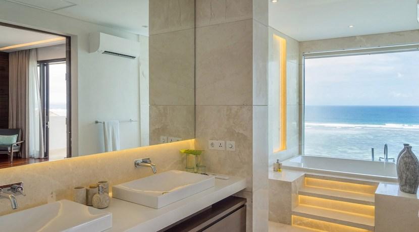 Villa Grand Cliff Nusa Dua - Ensuite master bathroom