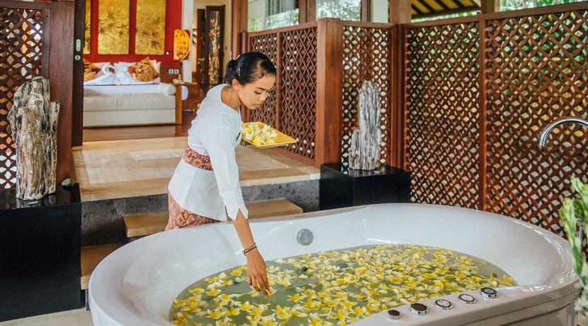 Bathtub-with-frangipani