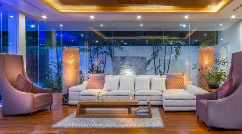 Villa Solaris - Lounge room and garden at night