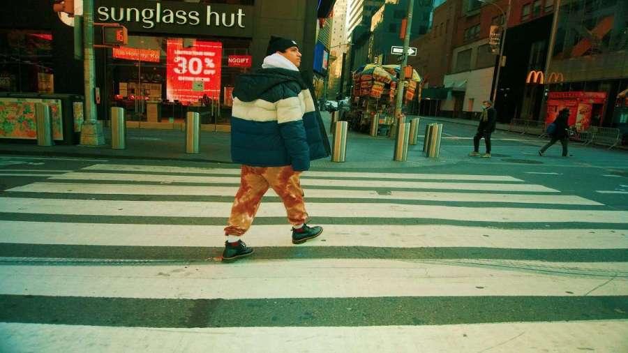 """Chris Tamayo llega al Times Square de Nueva York con su álbum """"Happy and Sad""""."""