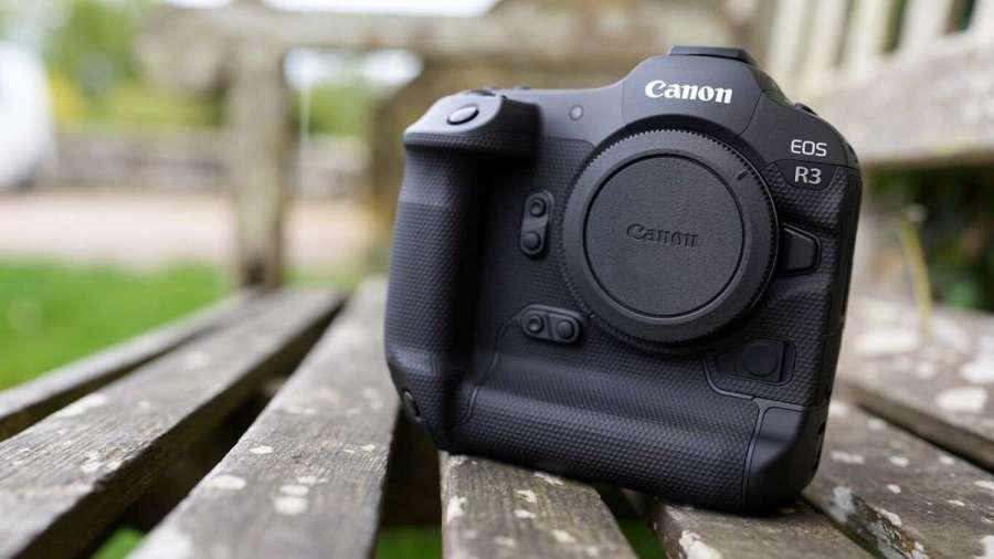 Enfoque automático (AF) para seguimiento de coches y motos de carreras –se revelan más detalles sobre la EOS R3 de Canon