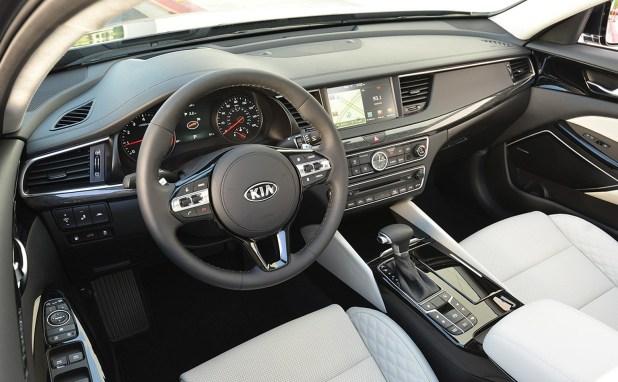 2017-Kia-Cadenza-interior