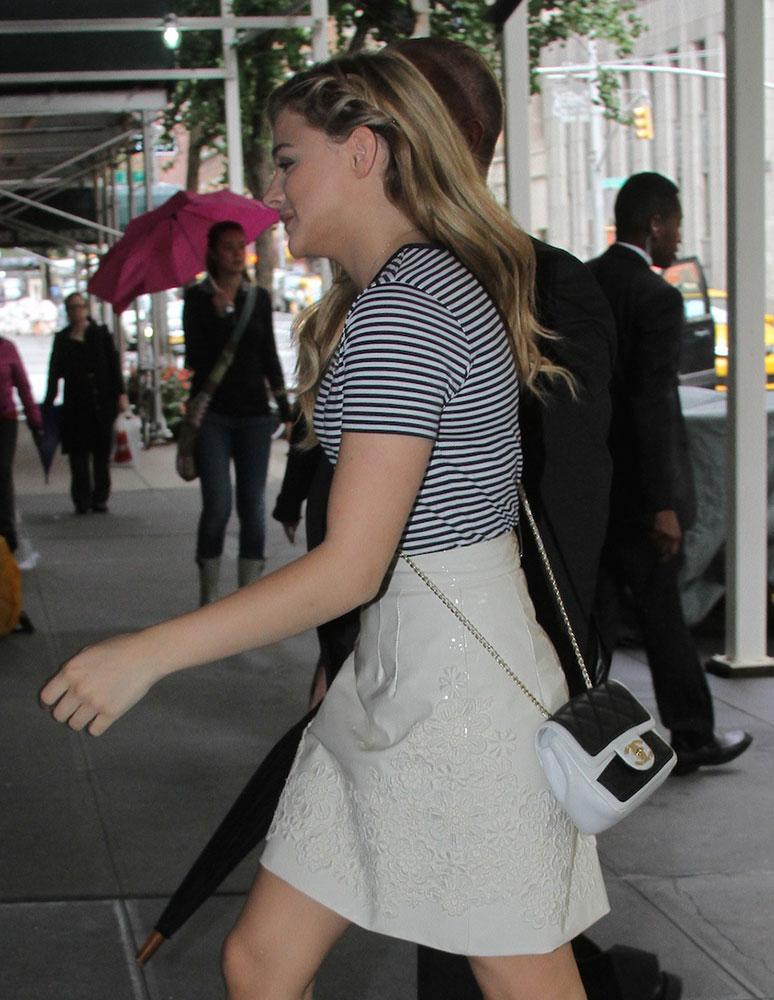 Chloe Grace Moretz Chanel Bicolor Flap Bag 5 - Chloë Grace Moretz houdt van haar Favoriete Chanel Bicolor Flap Tas