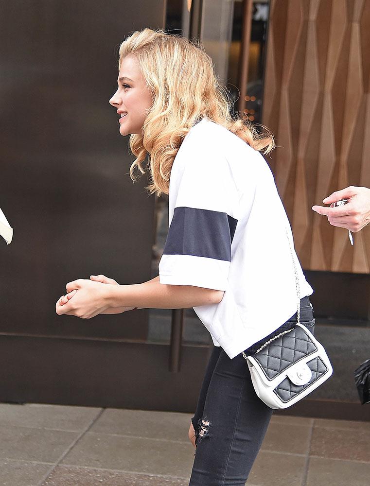 Chloe Grace Moretz Chanel Bicolor Flap Bag 8 - Chloë Grace Moretz houdt van haar Favoriete Chanel Bicolor Flap Tas
