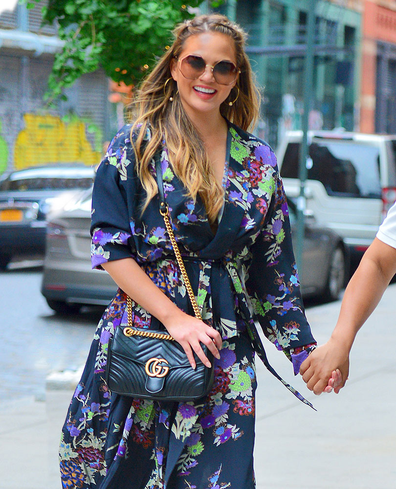 Chrissy Teigen Gucci Marmont Bag - WELKE DESIGNER TASSEN DRAGEN DE HOLLYWOOD STERREN Tod's, Gucci, & Saint Laurent