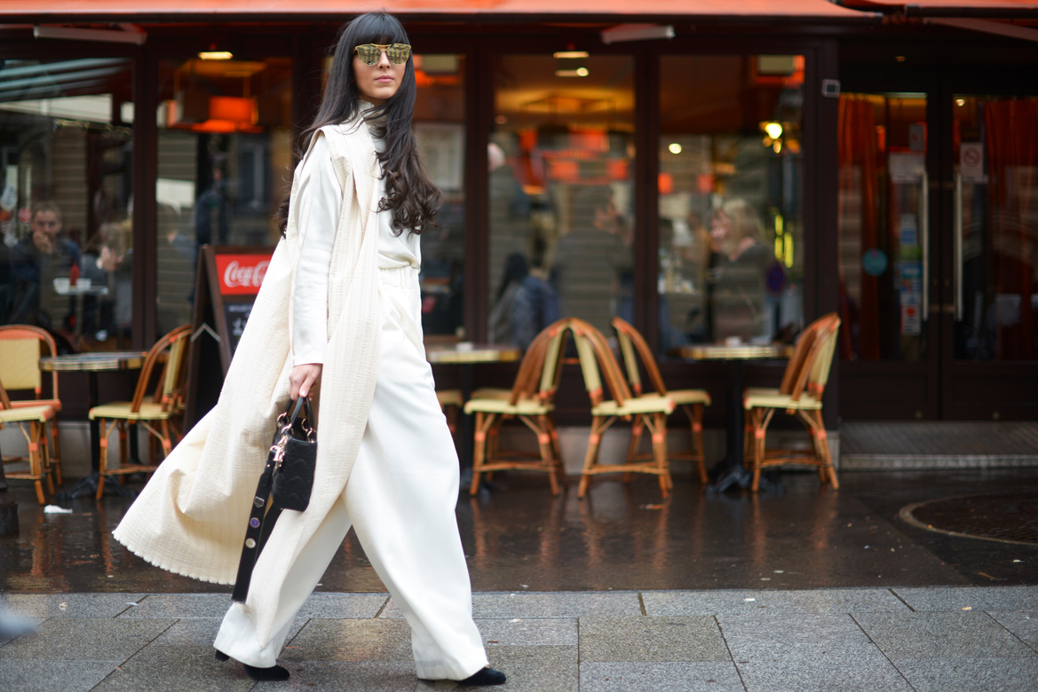 Streetstyle Paris Fashion Week, Laura Comolli indossa un gilet lungo bianco di Calcaterra e borsa Lady Dior