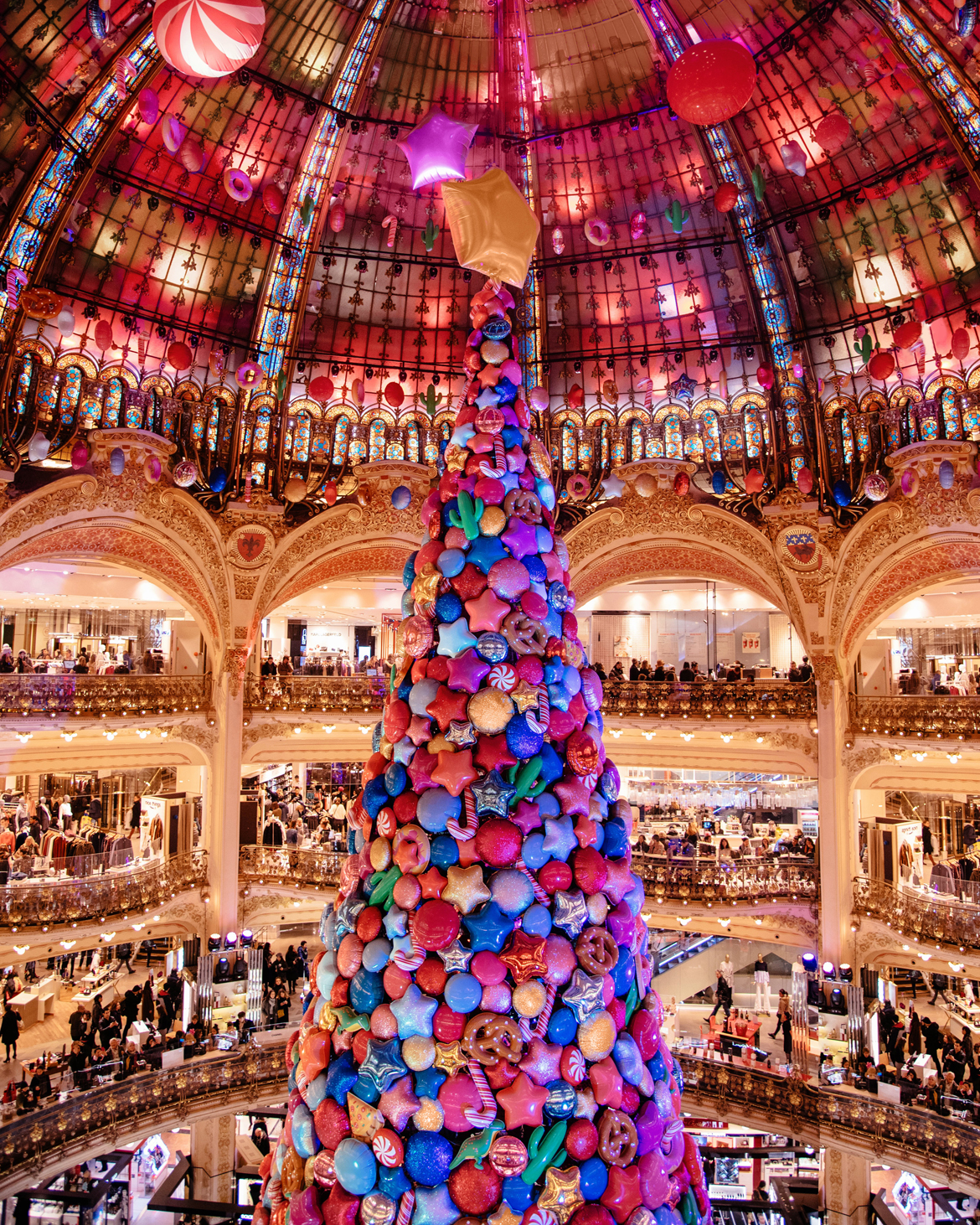 Galeries Lafayette Haussman Christmas Tree in Paris. Parigi in inverno. Cosa vedere in 3 tre giorni. By Laura Comolli