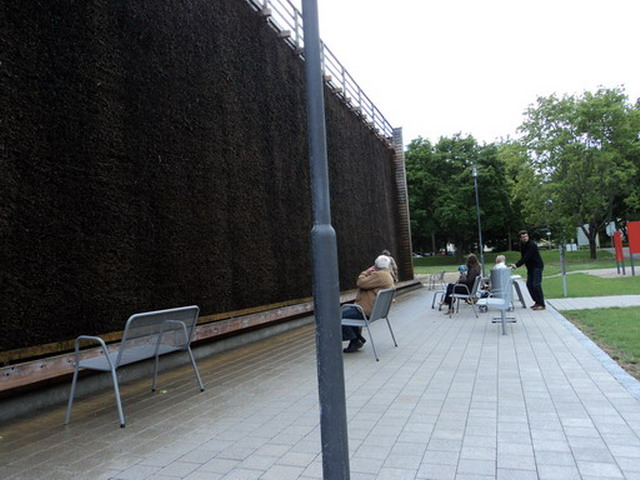Orang-orang sedang menikmati udara Gradierwerk. (Foto: dok. pribadi)
