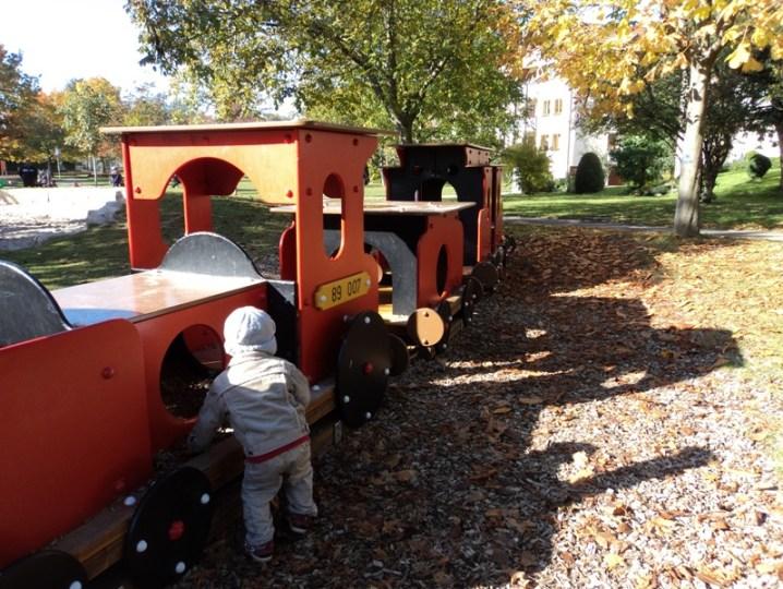 kereta kayu di taman bermain anak di Jerman