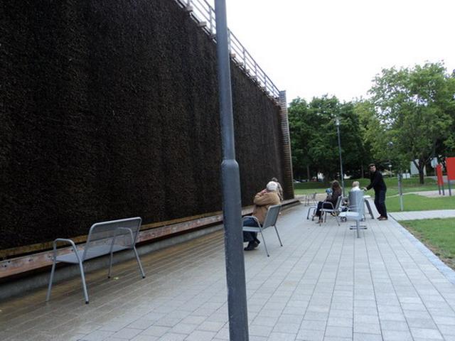 Orang-orang Sedang Menikmati Udara Segar dari Gradierwerk