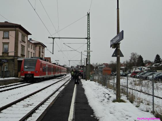 Menunggu Kereta untuk Pulang Ke Sinsheim. at Stasiun Kereta Bad Rappenau Penuh Salju.