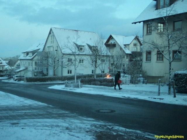 Seorang Bapak Menaburkan Garam untuk Mencairkan Salju. Zimmerhof Bad Rappenau 06.12.2012