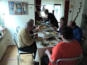 Di Jerman kalau ada Acara Keluarga Seperti ini Makan Melulu. Selesai satu menu datang berikutnya, begitu terus sampai Malam hari