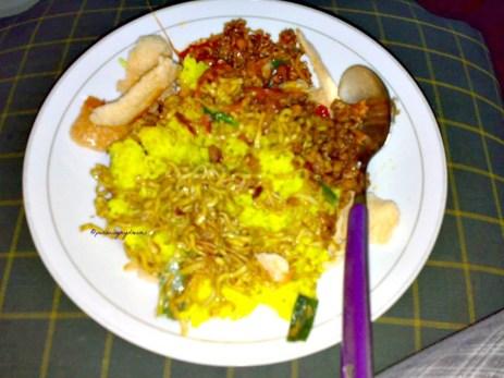 Nasi Uduk Kuning. Sudah lamaaaa sekali tidak makan nasi uduk, Ketika itu Mamaku belikan di pasar dekat rumah. Foto 30-03-10