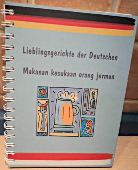 """Berguna sekali Beli Buku Masak """"Lieblingsgerichte der Deutschen"""" (Makanan kesukaan orang Jerman), ga mahal dan saya bisa praktekin resep-resep Masakan Jerman. Isinya Bahasa Jerman & Indonesia"""