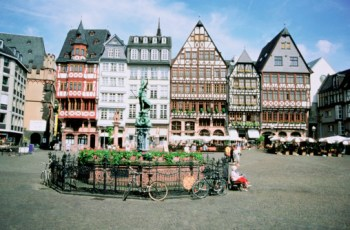 Statue in front of buildings, Romerberg Square, Frankfurt, Germany (Foto gettyimages)