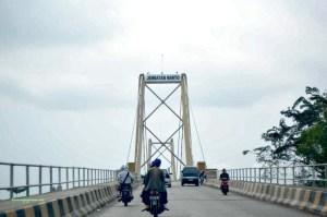 Barito Bridge. Banjarmasin. Tercatat dalam rekor Muri sebagai jembatan gantung terpanjang di Indonesia